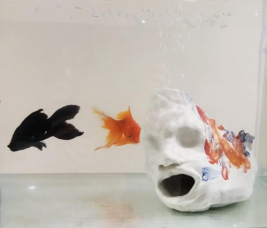 Autorittrato bilingue, 2018, ceramic, crystal tub, on wooden plinth, 160 x 35 x 55cm, detail