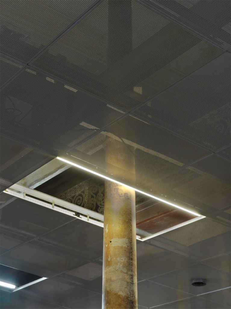 change of lighting, 2013, metal, wood, fluorescent bulbs, 230 sqm, (detail) ph. Jens Ziehe